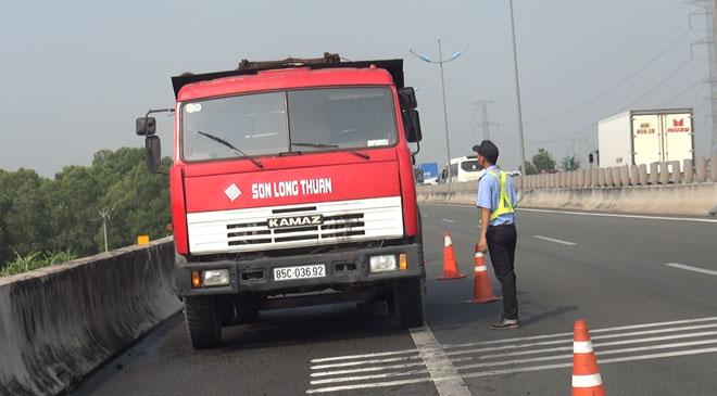 Tài xế chạy bộ 1km trên cao tốc nhờ người dập lửa xe bốc cháy - 1