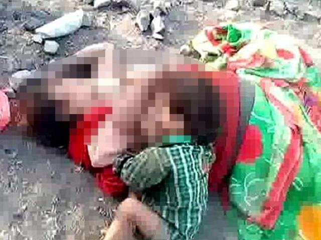 Đau lòng bé gái ôm xác mẹ ngủ suốt đêm sau khi bị giết hại