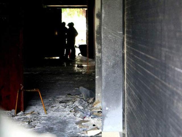 Cháy chung cư Carina: Ai chèn gạch ở cửa ngăn cháy?