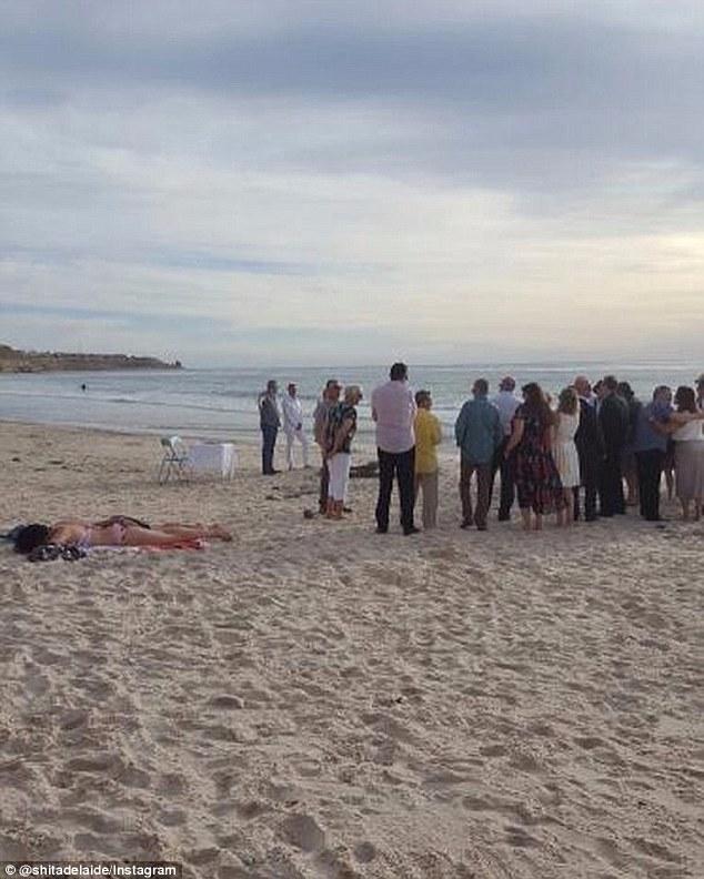 Cô gái bán khỏa thân phơi nắng mặc kệ đám cưới trên bãi biển - 1