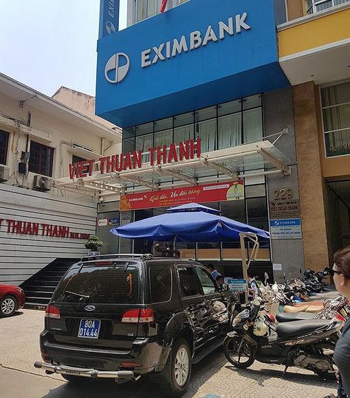 2 nhân viên bị bắt, cổ phiếu EximBank lại 'rực lửa' - 1