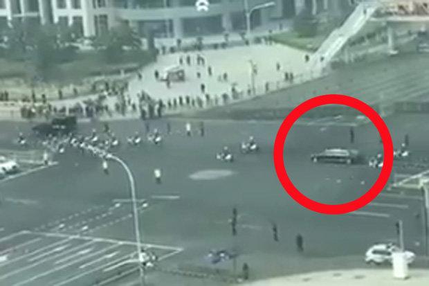Video: Đoàn xe chở Kim Jong-un lăn bánh trên đường phố Bắc Kinh? - 1
