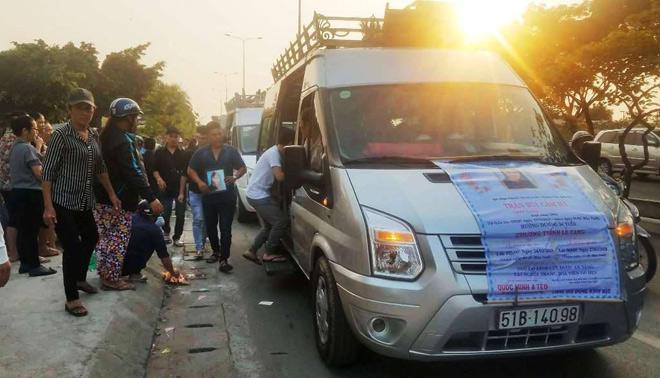 Nhòa nước mắt nhìn xe tang đưa 3 nạn nhân vụ cháy về vĩnh biệt căn hộ - 1