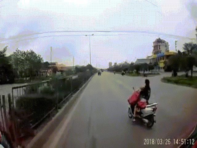 Ninja Lead vừa chở con nhỏ vừa cởi áo mưa khiến tài xế đứng tim