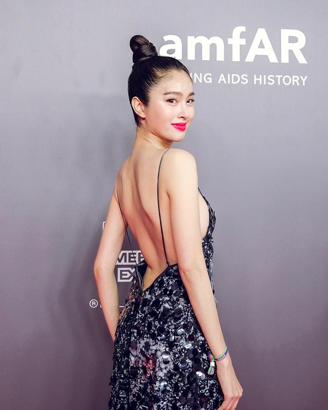 Xuất hiện trong sự kiện mới đây ở Macau, mỹ nhân chuyển giới đẹp nhất Thái Lan - Nong Poy thu hút sự chú ý của truyền thông với hình ảnh gợi cảm. Cô đào diện váy hai dây, khoe lưng trần trắng nõn.