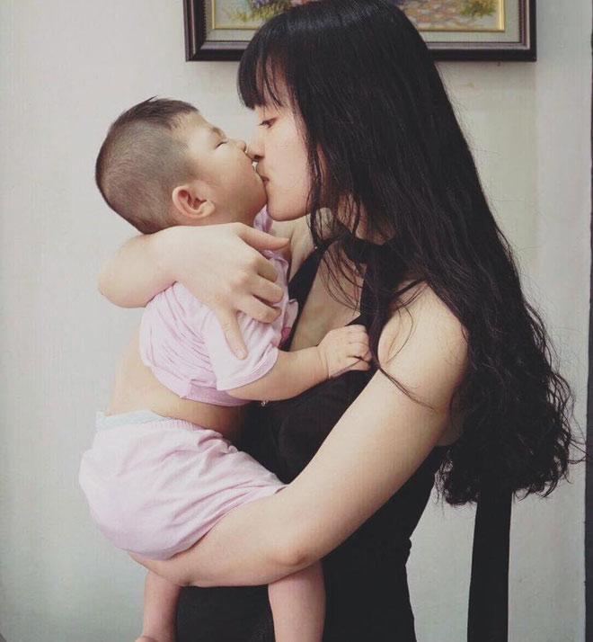 Cô gái Lào Cai nhận nuôi em bé suy dinh dưỡng đã theo chồng về dinh - 1
