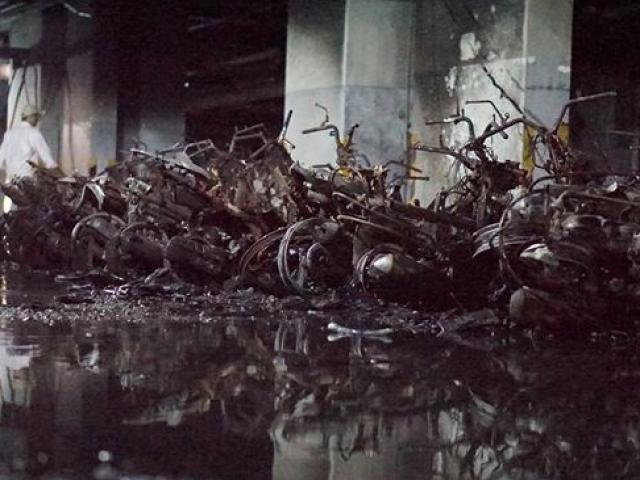 Cả trăm xe máy, ôtô biến thành phế liệu trong hầm chung cư Carina