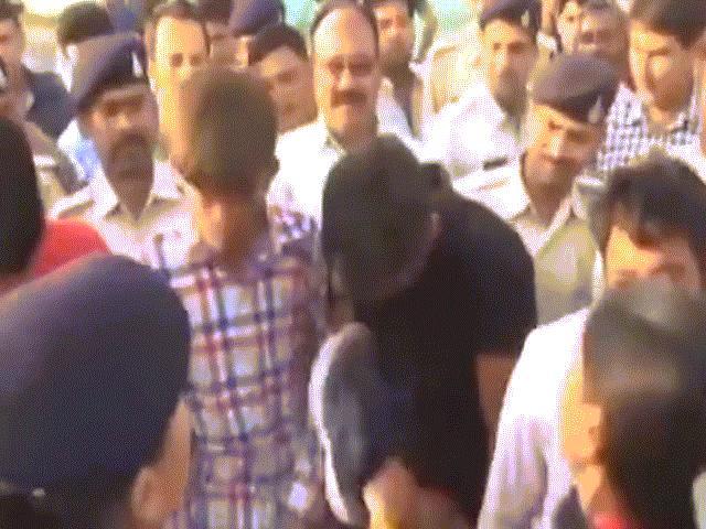 Ấn Độ: Nghi phạm hiếp dâm tập thể bị diễu phố, vừa đi vừa ăn đòn
