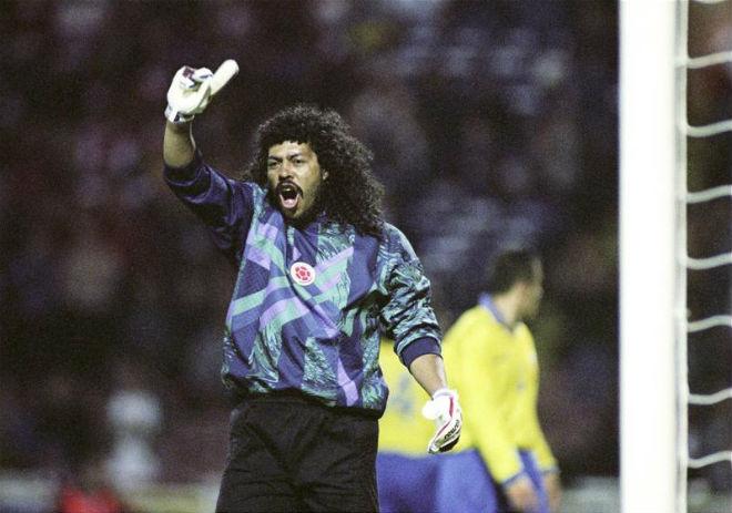 """Khoảnh khắc điên rồ World Cup: """"Sư tử già"""" trừng phạt gã thủ môn quái dị - 1"""