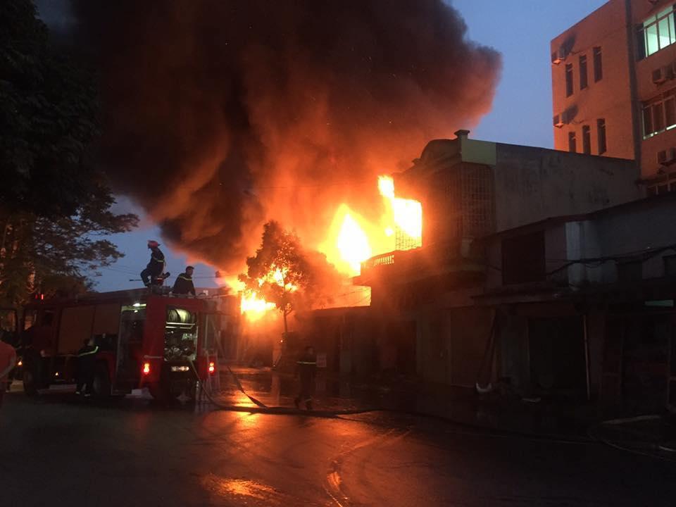 Cháy dữ dội ở Hải Phòng, người dân hoảng loạn bỏ chạy - 1