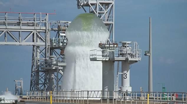 Choáng ngợp cảnh động cơ tên lửa phun 1,7 triệu lít nước lên cao - 1