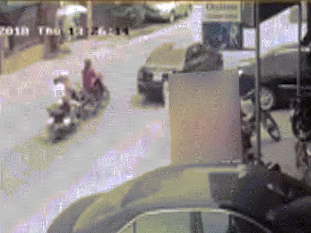 """Clip: Tài xế xe tải đánh lái """"thần thánh"""" cứu sống 2 cô gái trong tích tắc"""