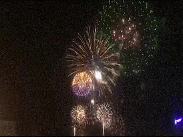 Khoảnh khắc pháo hoa rực sáng đón chào năm mới 2019