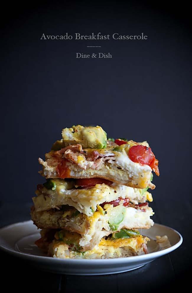 Bữa sáng với bơ, cà chua, trứng.