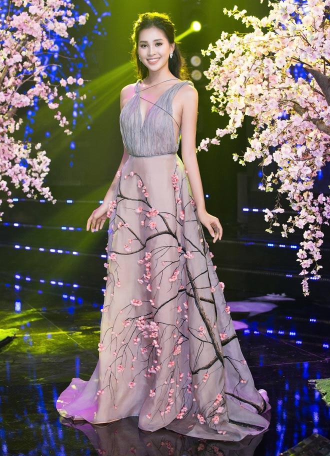 Hoa hậu Tiểu Vy diện váy hoa đào, lọt top sao mặc đẹp nhất năm mới - 1