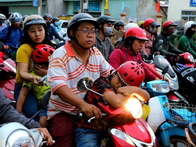 Ngủ gục trên xe máy chờ trở lại TP HCM sau nghỉ lễ
