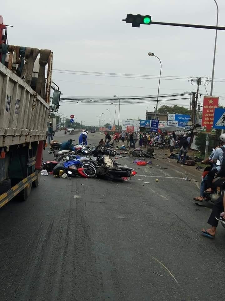 Kinh hoàng container ủi loạt xe máy dừng đèn đỏ, 19 người thương vong - 1