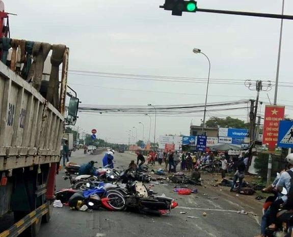 Container tông hàng loạt xe máy dừng đèn đỏ: Hiện trường khủng khiếp như thảm họa - 1