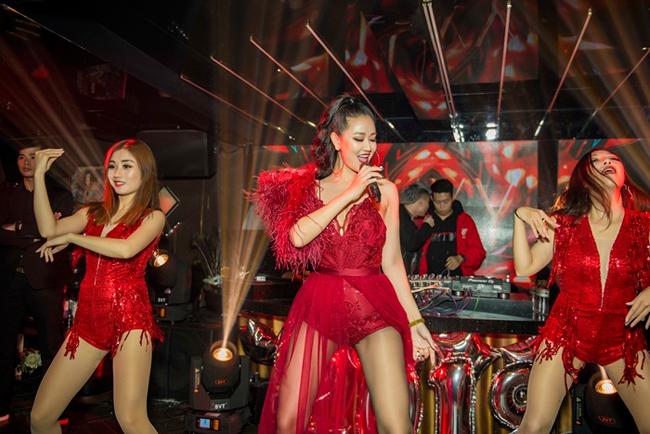 """Trong đêm nhạc """"Lừa dối"""" diễn ra tại Hà Nội vào tối ngày cuối năm 2018 vừa qua, nữ ca sĩ Maya bất chấp thời tiết giá lạnh vẫn diện trang phục jumpsuit."""