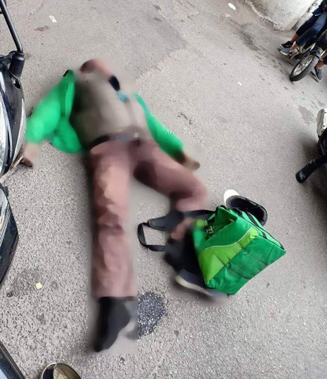 Người đàn ông mặc áo Grab đang đi xe máy bất ngờ ngã gục, tử vong giữa phố - 1