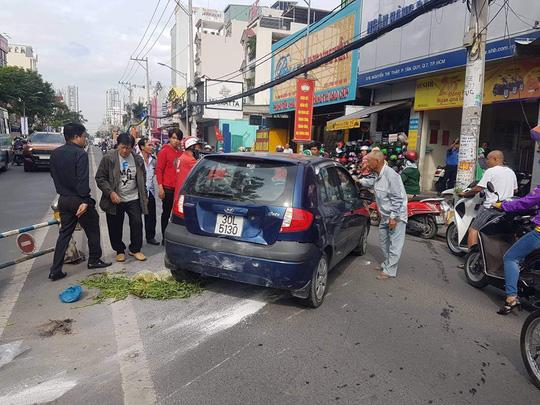 TP HCM: Cụ ông 66 tuổi lái thử ôtô, tông hàng loạt xe máy - 1