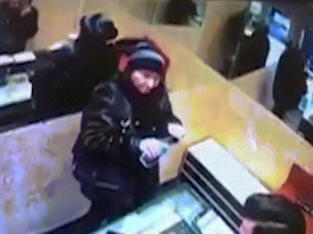 Khoảnh khắc người phụ nữ nuốt cả nhẫn kim cương để lấy trộm ở cửa hàng