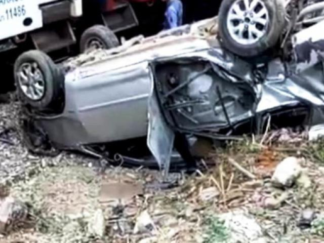 Tàu hỏa tông ô tô 7 chỗ văng xa 20m, lật ngửa khiến 3 người nhập viện