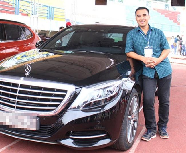 """MC Quyền Linh là một trong những đại gia trong showbiz Việt. Dù giàu có song nam diễn viên vẫn giữ lối sống đơn giản, không màu mè. """"MC nông dân"""" sở hữu chiếc xế hợp Mercedes S550 trị giá khoảng 6 tỷ đồng."""
