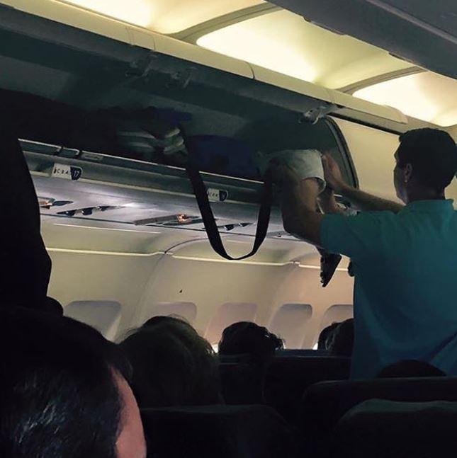 Hành khách gây sốc vì nhét trẻ con vào khoang hành lí xách tay máy bay - 1