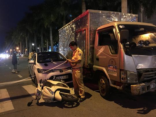 Xe tải tông văng 2 xe ô tô và 1 xe máy đang dừng đèn đỏ - 1