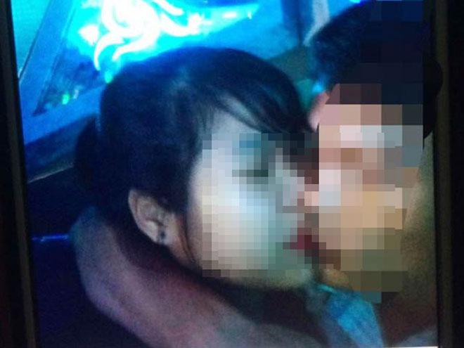 Vợ chết đứng nhìn chồng ôm gái ngành khi hát karaoke - 1