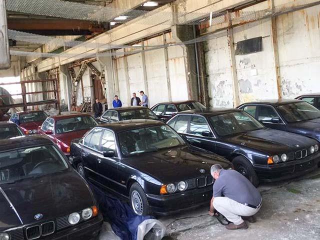 """Tìm thấy """"kho báu"""" 11 chiếc BMW 5-Series đời 19xx còn mới nguyên"""