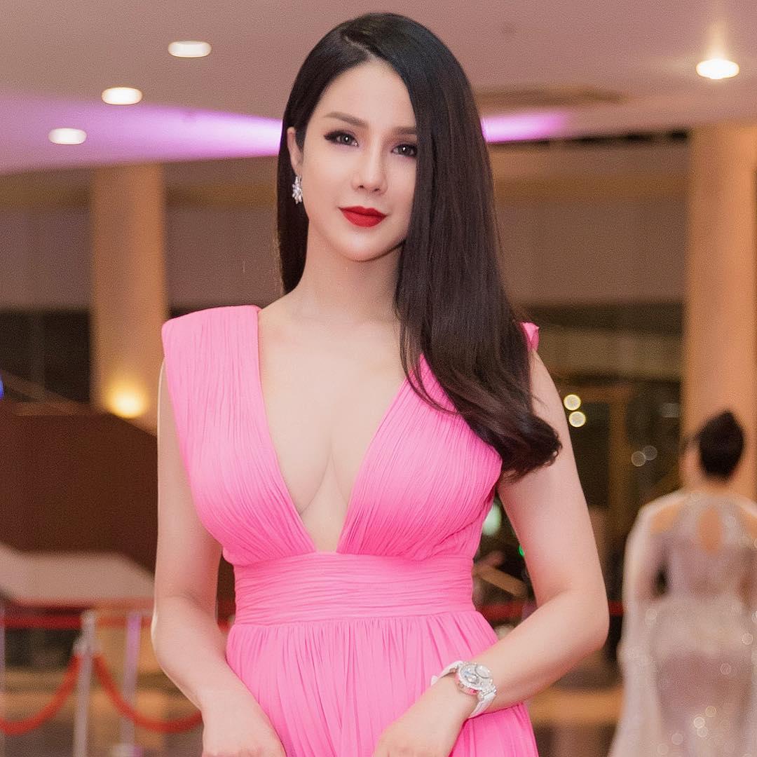 Đầu năm 2019, Diệp Lâm Anh lấn lướt loạt hoa hậu nhờ váy cổ sâu - 1
