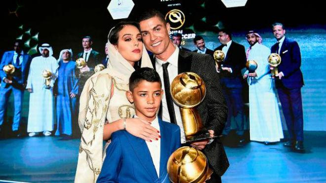 Ronaldo siêu sao bóng đá: Bất ngờ chơi bóng bàn cực đỉnh - 1