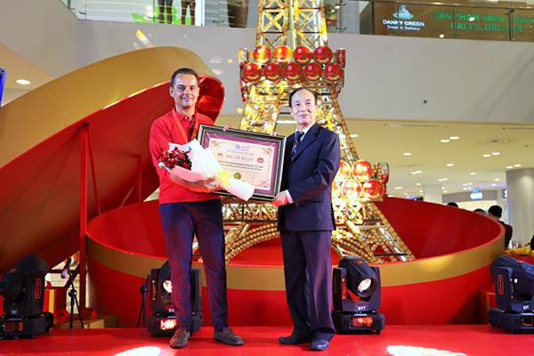 Nhãn hàng Lu thực hiện tháp Eiffel bằng bánh cao 8m đạt kỷ lục cao nhất Việt Nam - 1