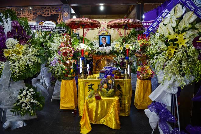 Quyền Linh lặng người viếng tang lễ ông bầu sân khấu kịch Sài Gòn - 1