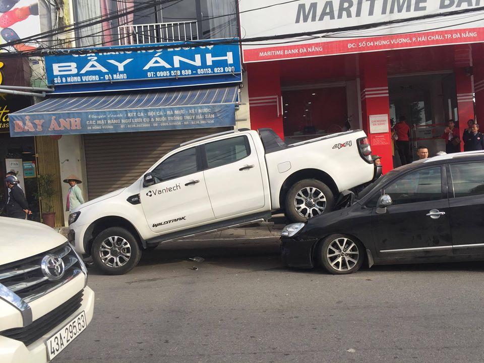 """Phát hoảng với hiện trường vụ tai nạn ô tô bán tải """"ngồi"""" trên """"xế hộp"""" - 1"""