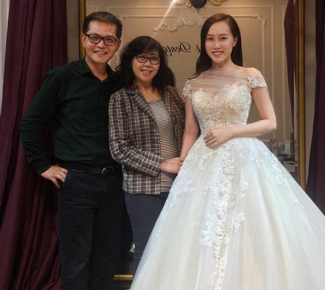 24h HOT: NSND Trung Hiếu đưa hôn thê xinh đẹp kém 19 tuổi đi thử váy cưới - 1