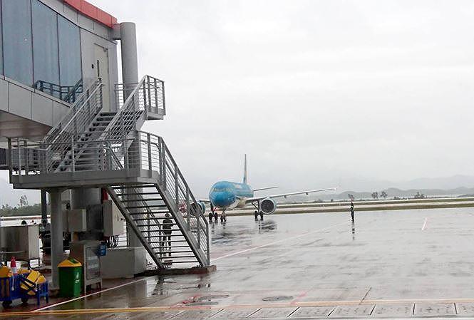 Xe công vào cửa máy bay đón 'người nhà': Bộ Công Thương sẽ có báo cáo - 1