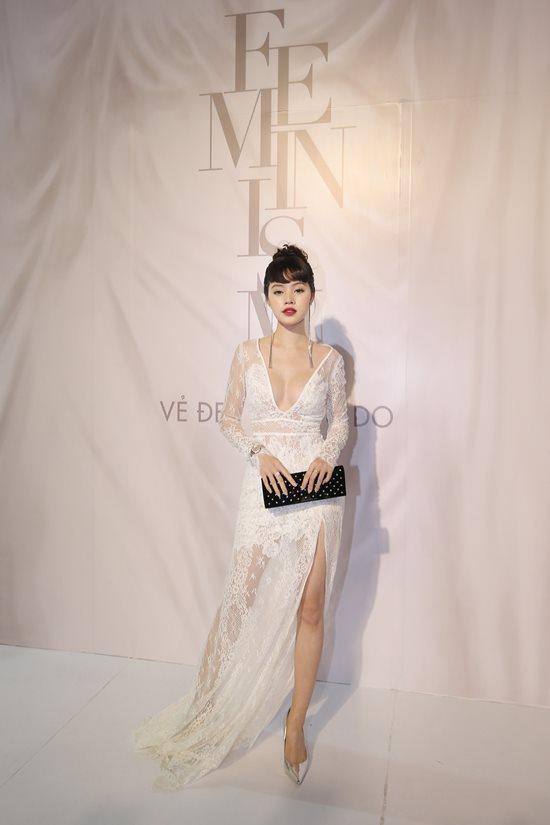 Jolie Nguyễn diện đầm xẻ sâu hút tại fashion show - 1