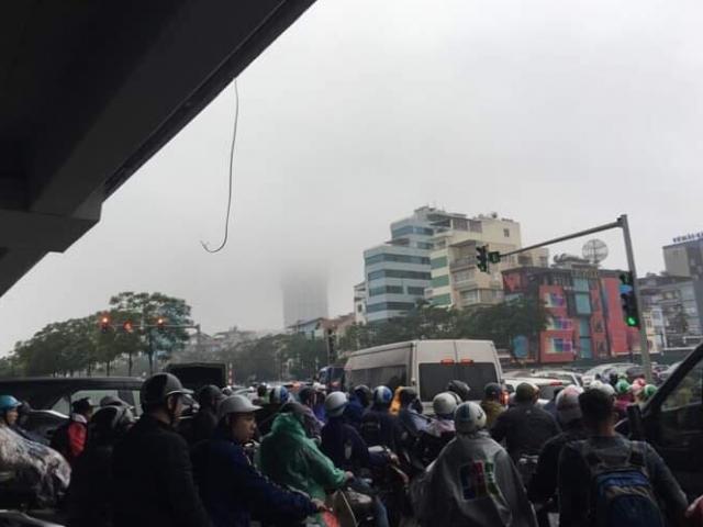 """Mưa rét kèm sương mù, nhiều đường ở Hà Nội không còn """"kẽ hở"""""""