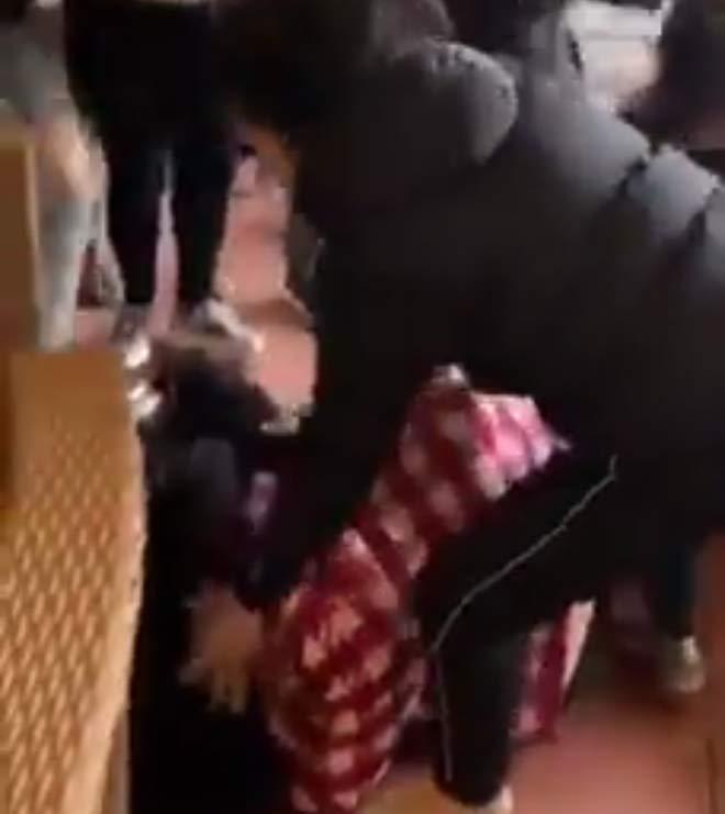 Cô gái xinh đẹp bị hành hung dã man, mẹ bảo vệ cũng bị đánh - 1