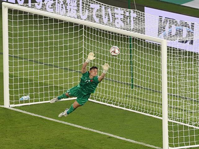 """Tranh cãi: Tại sao Văn Lâm đứng lệch vị trí để Iraq ghi bàn thắng """"vàng""""?"""
