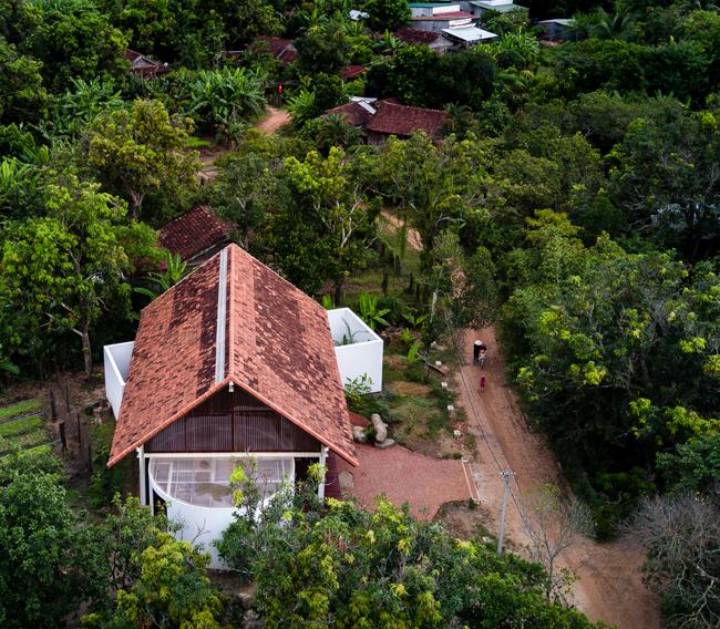 Nhìn từ bên ngoài, căn nhà không khác biệt quá nhiều so với những công trình xung quanh.