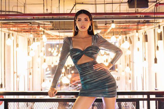 Siêu mẫu Minh Tú mặc trùng váy hở bụng với Bích Phương - 1