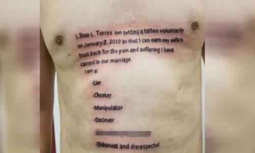 """Chồng xăm """"bản kiểm điểm"""" lên ngực để lấy lại lòng tin từ vợ - 1"""