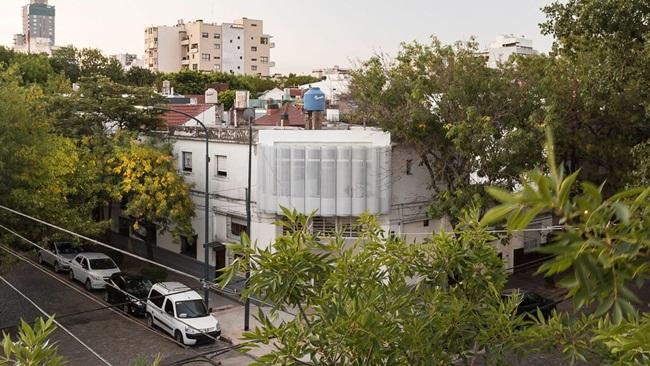 Công ty kiến trúcIR Arquitectura (Argentina) đã tận dụng diện tích nhỏ còn sót lại từ một căn nhà cũ để biến thành một căn hộ đẹp và không hề chật chội.