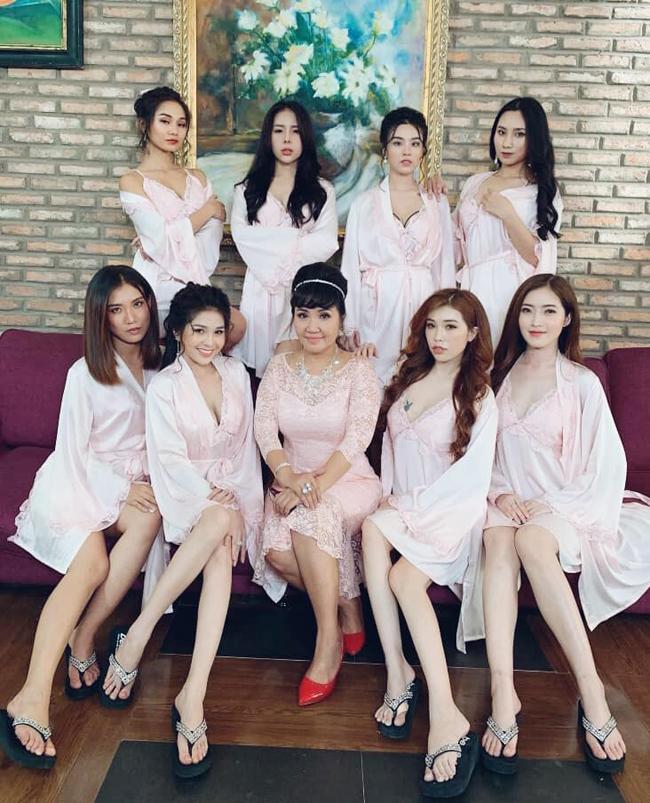 """Mới đây, Linh Miu chia sẻ hình ảnh hậu trường của đoàn phim """"Lan Quế Phường"""" bản Việt với các diễn viên nữ xinh đẹp."""
