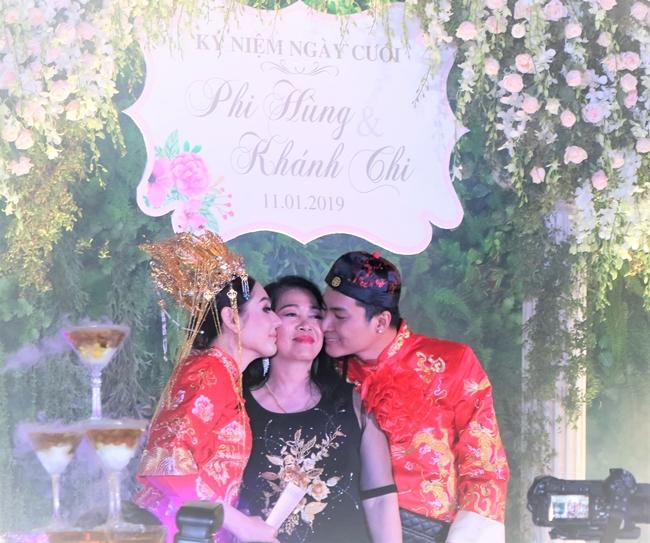 """Tại lễ kỉ niệm tròn một năm ngày cưới của """"công chúa"""" Lâm Khánh Chi và ông xã Phi Hùng, mẹ chồng nữ ca sĩ bất ngờ trao tận tay con dâu món quà đặc biệt. Đây là một cuốn sổ đỏ với tổng diện tích đất lên đến 419m2 ở quê nhà."""