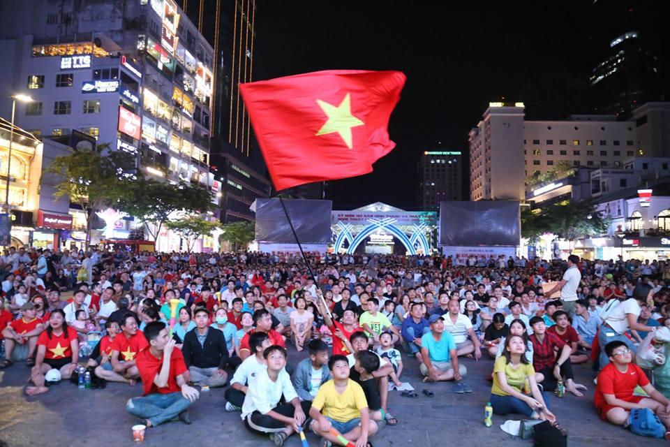 """""""Cơn lốc áo đỏ"""" tại quê nhà tiếp lửa tuyển Việt Nam trong trận """"đại chiến"""" Asian Cup - 1"""